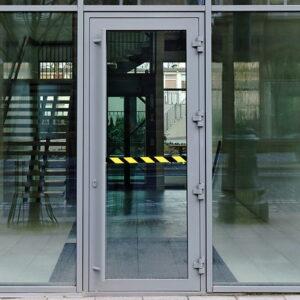 drzwi-aluminiowe-z-pochwytem